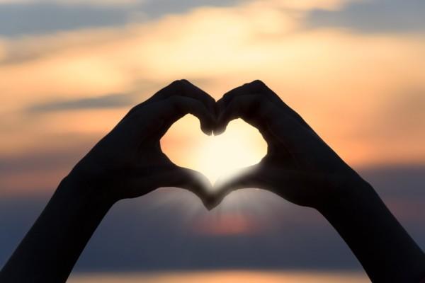 sormet mudostavat sydämen, ilta-aurinko